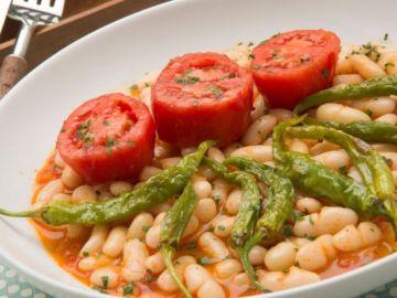 Pochas con guindillas fritas y tomate asado