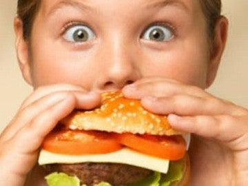 Niño comiendo hamburguesa