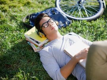 Estudiante tomando una siesta