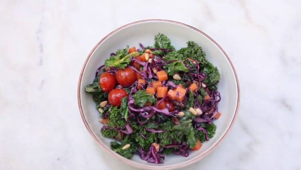 Frame 43.831849 de: Nos ponemos 'healthy' con una ensalada de kale