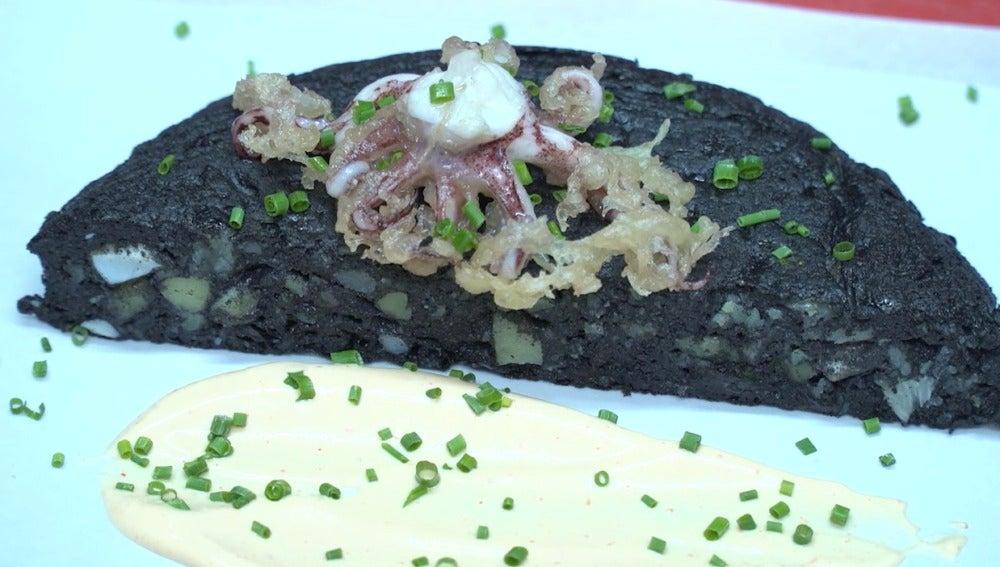 Tortilla de patata negra, amigos.