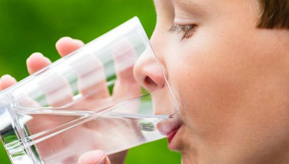 Por qué los niños deberían tomar agua y no otras bebidas