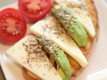 Tostada aguacate, semillas y queso