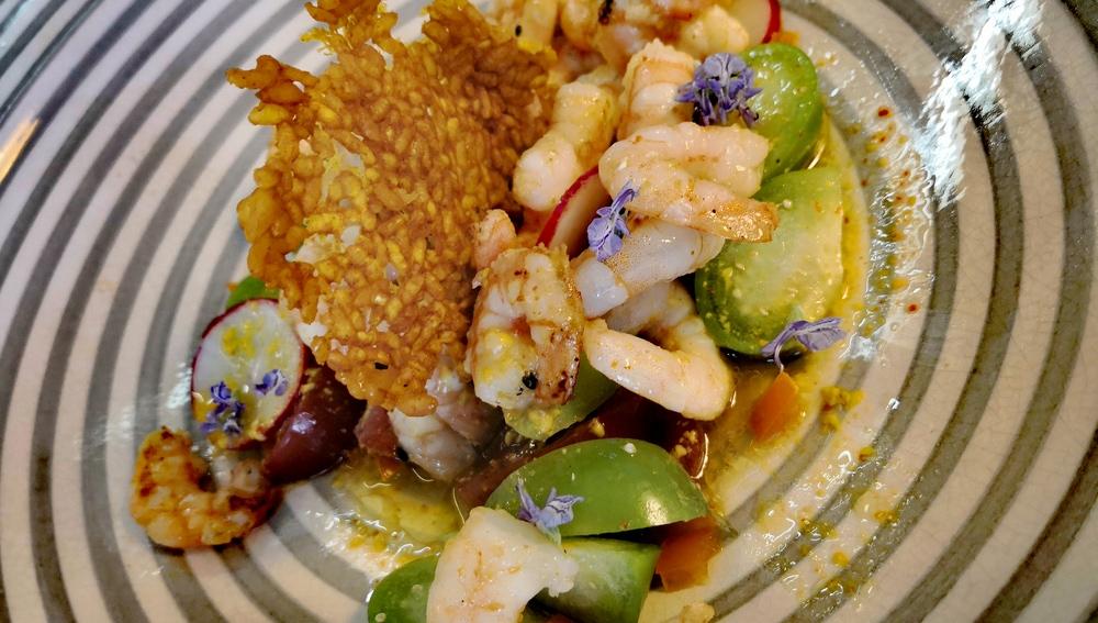 Ensalada de langostinos con chips de arroz y cúrcuma