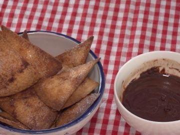 Nachos con salsa de chocolate.