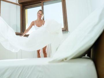 Mujer haciendo la cama