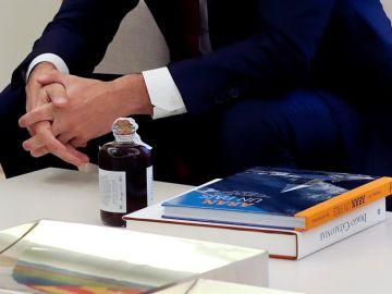 Torra regala a Sánchez un licor de ratafía y dos libros sobre Cataluña