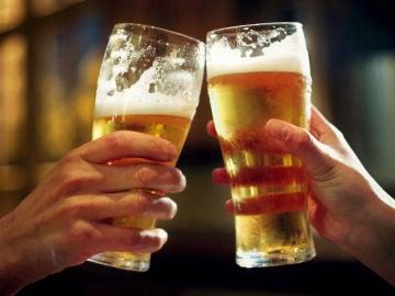 Dos vasos de cerveza