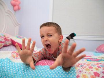 Niño gritando