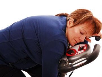Mujer agotada en el gym