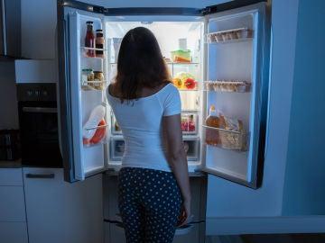 Mujer frente a frigorífico