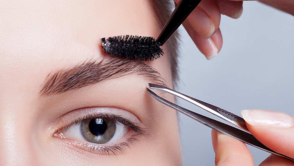 Mujer se depila las cejas