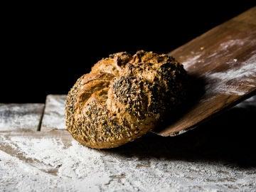 El pan con harina integral aporta más fibra.