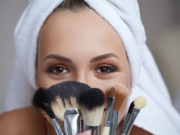 Una mujer maquillándose