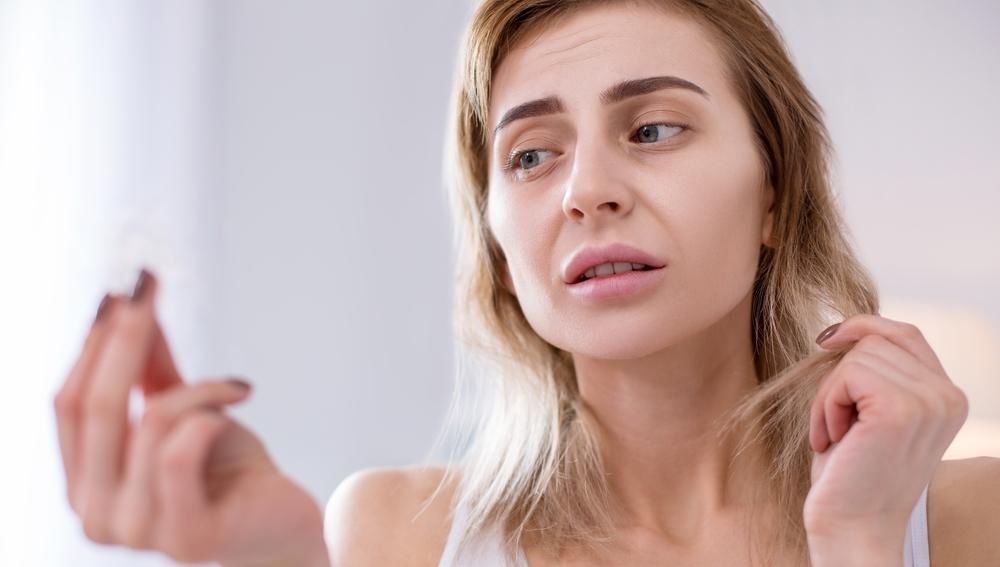 Mujer con pelo quebradizo