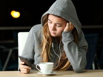 El alto uso de los teléfonos móviles puede causar problemas como ansiedad o pérdida de sueño.