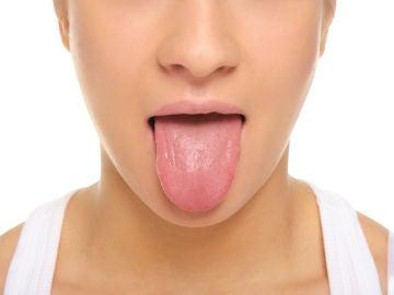Mujer se saca la lengua