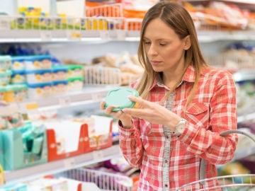 Mujer mirando envase