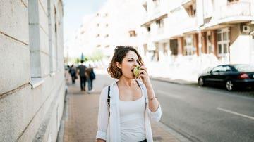 Mujer comiendo fruta
