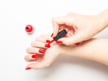Pintándose las uñas