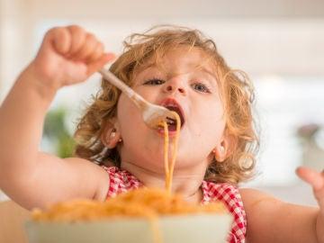 Niño comiendo pasta