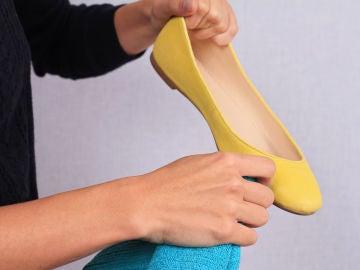 Limpiando zapatos