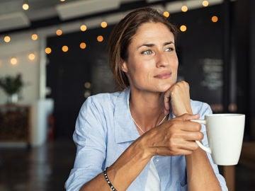 Mujer en cafetería