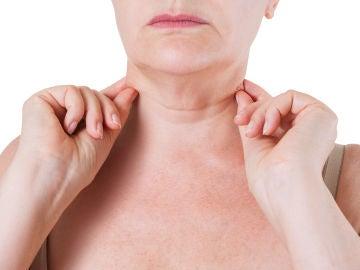Una mujer con arrugas en el cuello