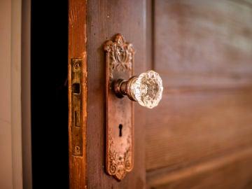 El pomo de una puerta vieja abierta
