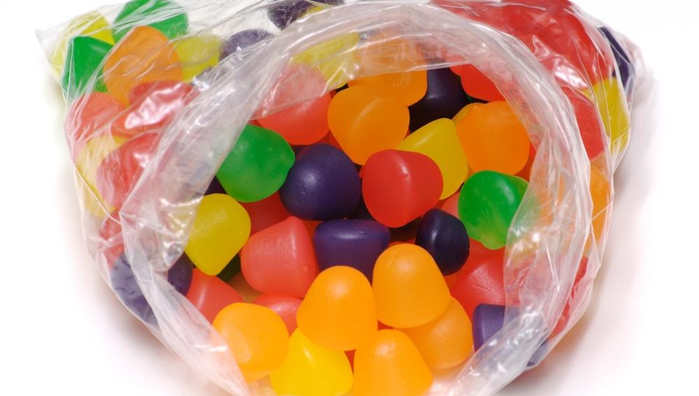 Bolsa de plástico con gominolas y chuches
