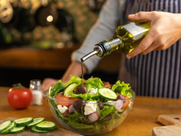 Aliñando ensalada