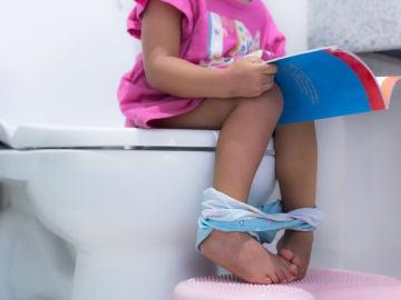 Niño en el wc