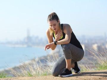Mujer sofocada al hacer deporte
