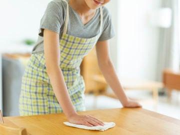 Limpiando la mesa de madera