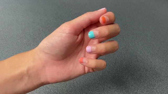 Cómo hacerte fácilmente la manicura half-dipped que triunfa este verano