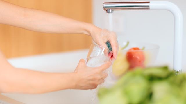 Fregando un vaso