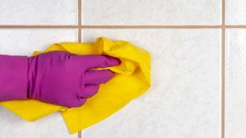 Limpiando los azulejos del baño