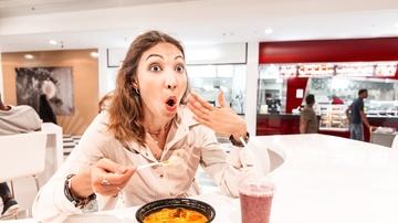 Mujer comiendo comida picante