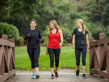 Mujeres caminando