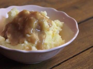Puré de patata con salsa de carne.