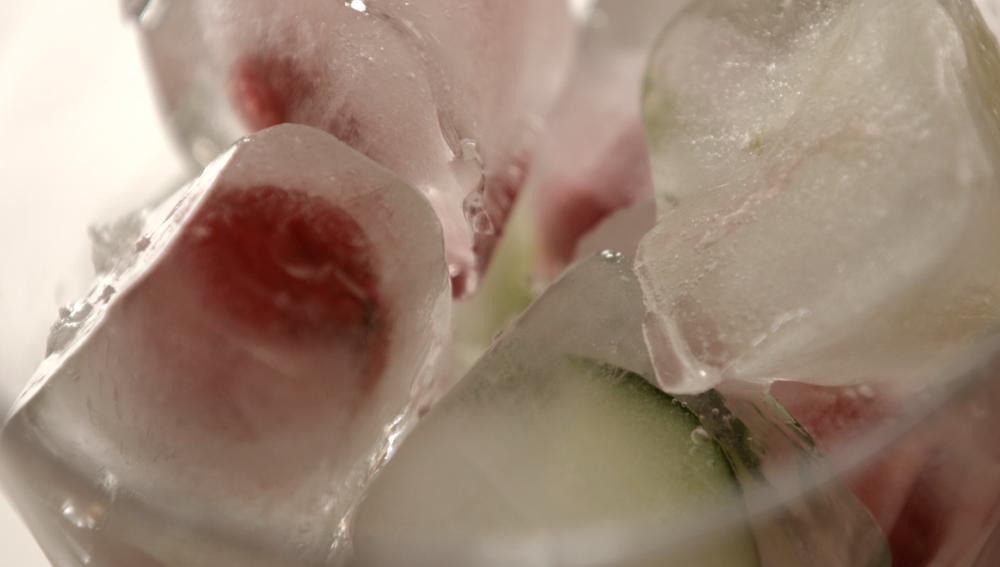 Frambuesas y pepino, encerraditos en los cubitos.
