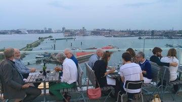 Ámsterdam tiene rincones curiosos, como un restaurante en una plataforma petrolífera.