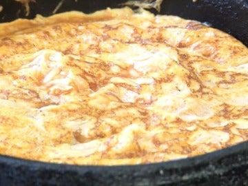 Parece una tortilla de patata, pero no lo es.