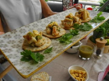 Canapés de pollo y salsa de tomatillos verdes con jalapeños