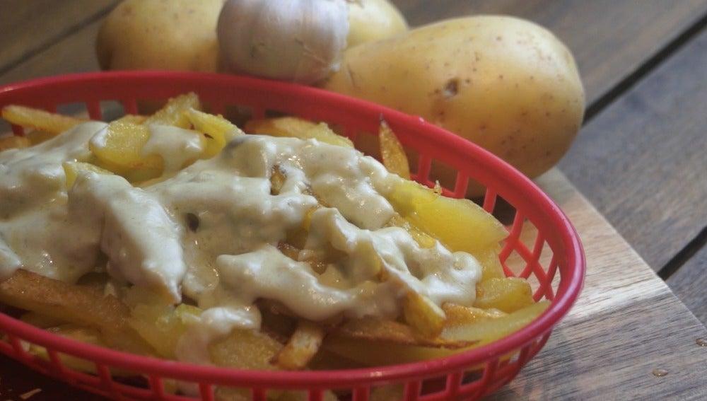 Patatas fritas con salsa de queso y ajo