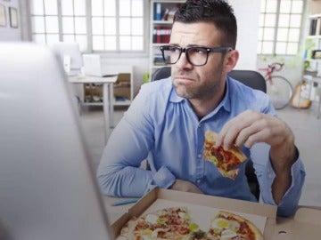 Frame 0.0 de: Ocho razones por las que JAMÁS debes comer en tu mesa de trabajo