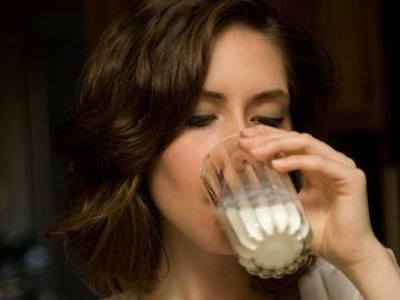 Ahora resulta que lo de beber leche para aprovechar el calcio tampoco es la panacea.