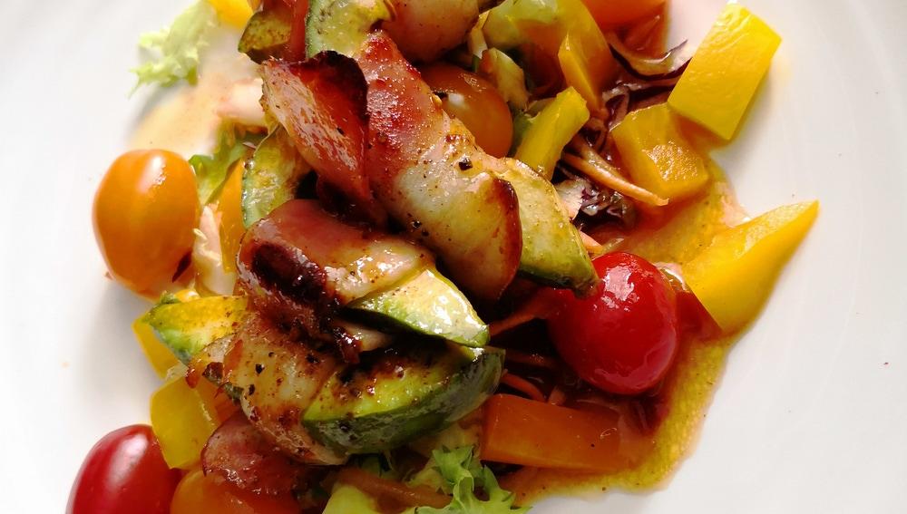 Ensalada de aguacate y bacon