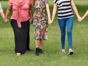 Grupo de mujeres caminando