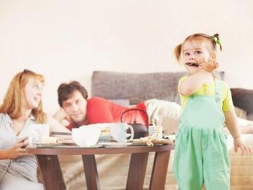 Familia comiendo delante de televisor